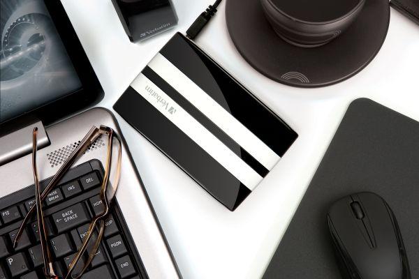 Le disque-dur externe GT by Verbatim en situation sur votre bureau